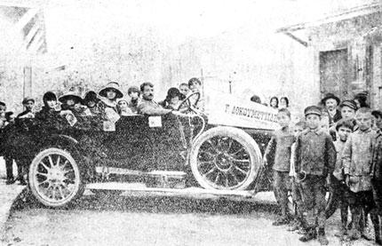 Το αυτοκίνητο με τις επτά ανιψιές του δικηγόρου Γεωργίου Δοκουμετζίδη που βγήκε ως ατραξιόν της προεκλογικής εκστρατείας στην Κρήτη