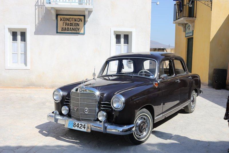 Ένα παλιό αυτοκίνητο της εποχής, απαστράπτον προκειμένου να πείθει ως καινούριο στη σειρά «Άγριες Μέλισσες»