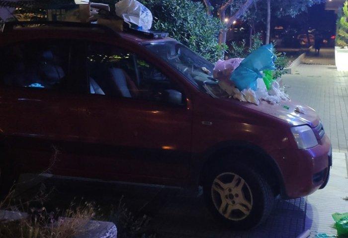 αυτοκίνητο γεμάτο σκουπίδια στη Θεσσαλονίκη