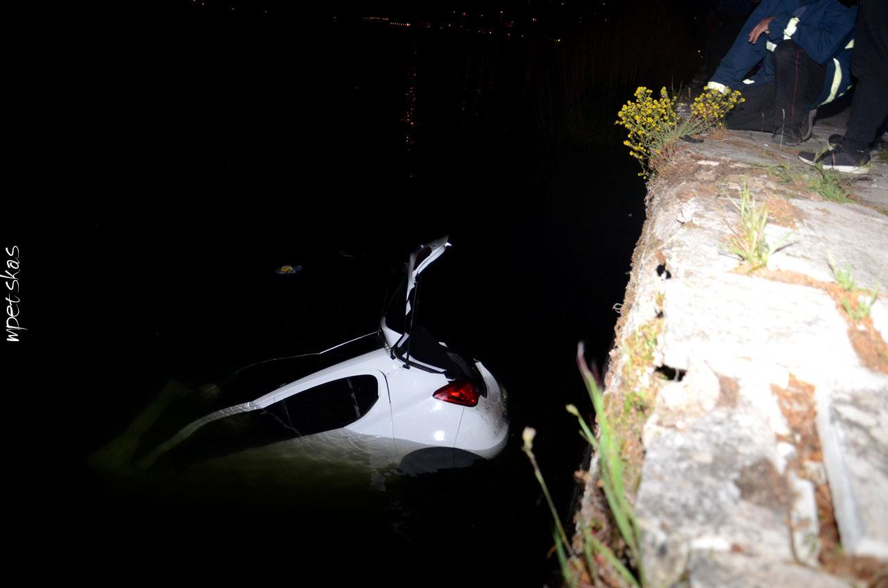Λευκό αυτοκίνητο στη λίμη της Καστοριάς και πυροσβέστες