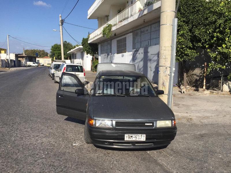 Το όχημα με το οποίο οι επιτήδειοι εισέβαλαν στο κατάστημα και πήραν τα χρήματα από το ταμείο