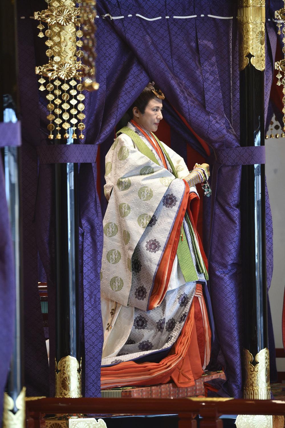 Η αυτοκράτειρα Μασάκο, φορώντας 12 παραδοσιακές ιαπωνικές φορεσιές κατά την τελετή ενθρόνισης