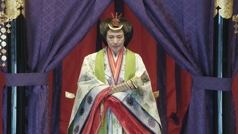 Η εντυπωσιακή εμφάνιση της αυτοκράτειρας της Ιαπωνίας, Μασάκο που συμμετείχε στον τελετή πλάι στον σύζυγό της
