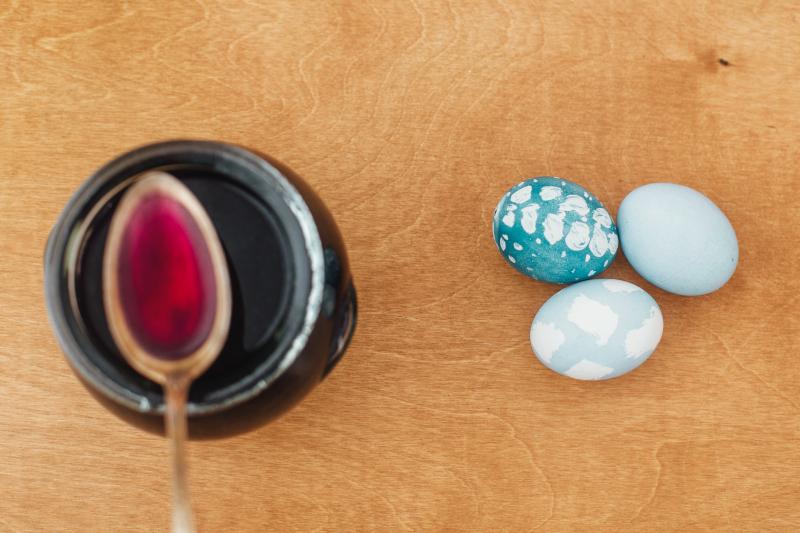 Πώς βάφουμε αυγά με μωβ λάχανο και λουλούδια