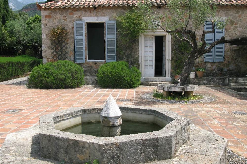 Την αυλή της οικίας διαμόρφωσε η σύζυγος του Πάτρικ Λι Φέρμορ, Τζόαν