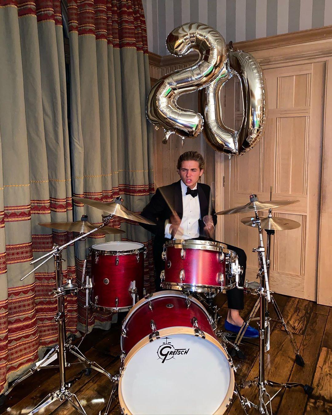 Παίζοντας ντραμς με κοστούμι και βελούδινα loafers πέρασε τα γενέθλιά του ο Αχιλλέας Γλίξμπουργκ