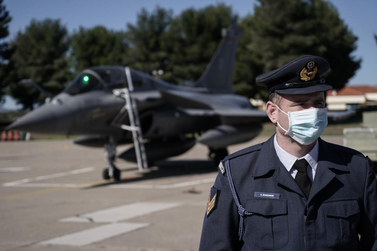 Αξιωματικός της αεροπορίας με μάσκα και πολεμικό αεροσκάφος