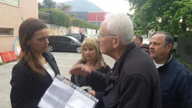 Η Εφη Αχτσιόγλου ακούει τον πρόεδρο της Ενωσης σχολικών φυλάκων στην Πάτρα-