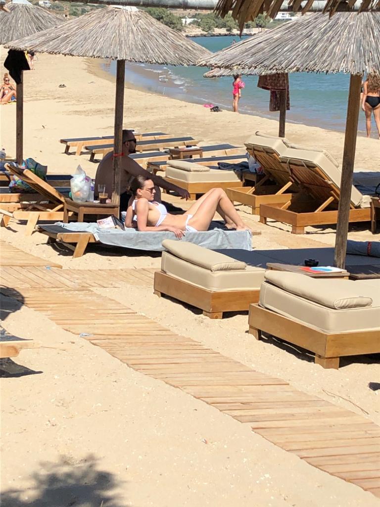 Εφη Αχτσιόγλου σε ξαπλώστρα στη παραλία