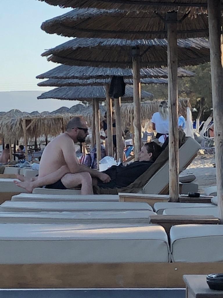Τζανακόπουλος κάθεται στη ξαπλώστρα απέναντι από την ξαπλωμένη Αχτσιόγλου
