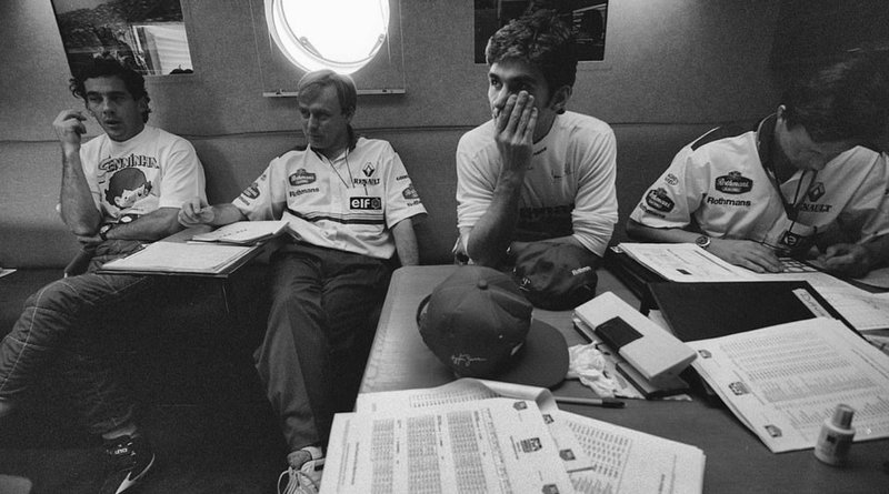 O Αιρτον Σένα συζητά με μηχανικούς της Williams. Σε αυτή την κουβέντα ζήτησε να ακυρωθεί ο αγώνας.