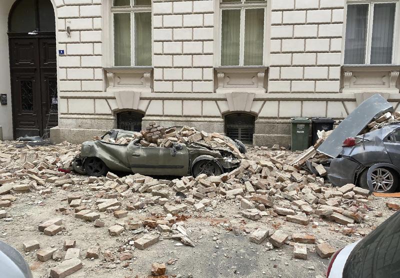 Αυτοκίνητα καταπλακώθηκαν από κτίρια που κατέρρευσαν