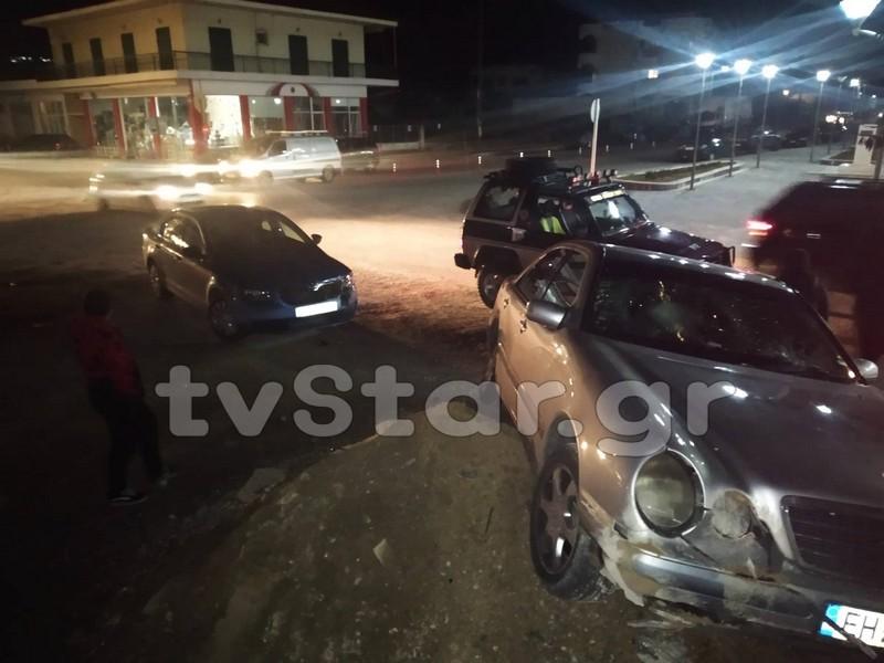 Σύγκρουση αυτοκινήτων στο Αλιβέρι -Έπεσαν επάνω σε παιδιά