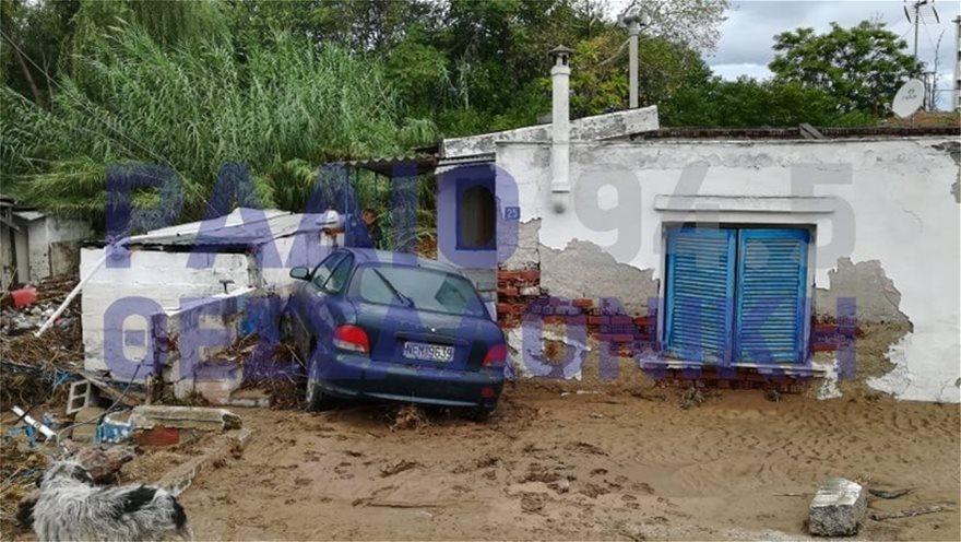ΙΧ παρασύρθηκε από τα ορμητικά νερά και «προσγειώθηκε» σε αυλή σπιτιού