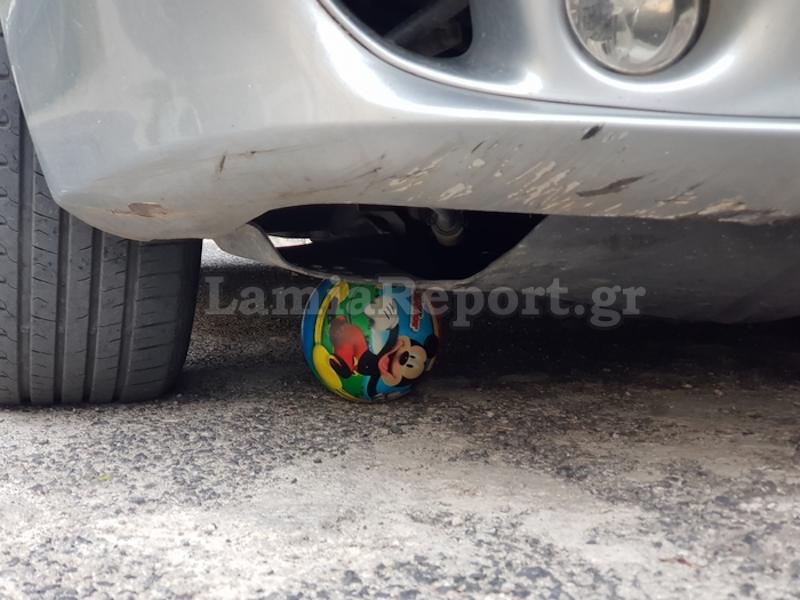 Μπάλα κάτω από ρόδες αυτοκινητού