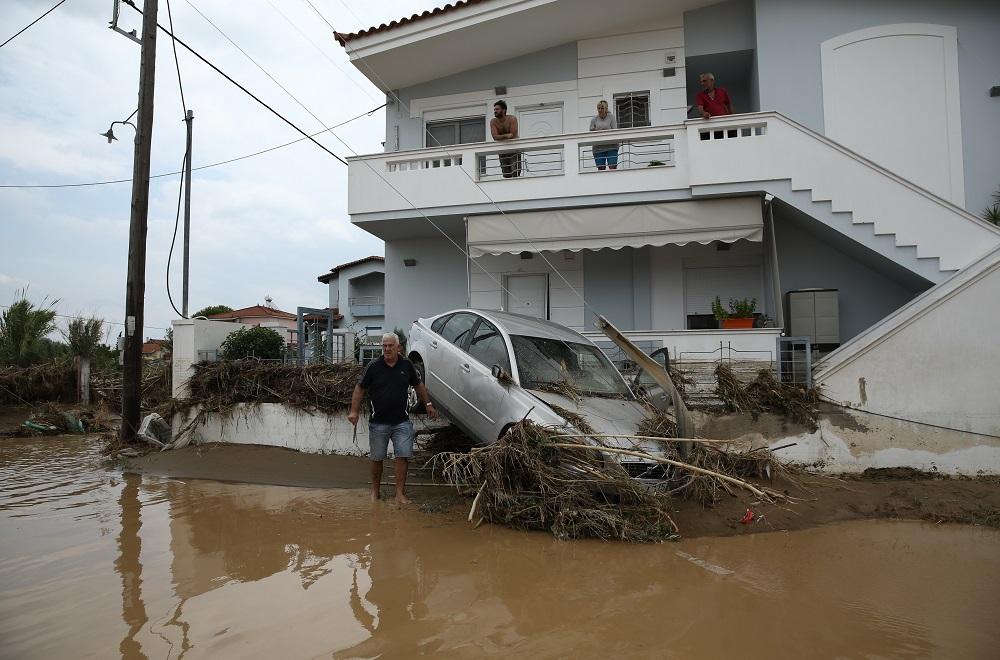 Αυτοκίνητο στις λάσπες πάνω σε μάντρα σπιτιού
