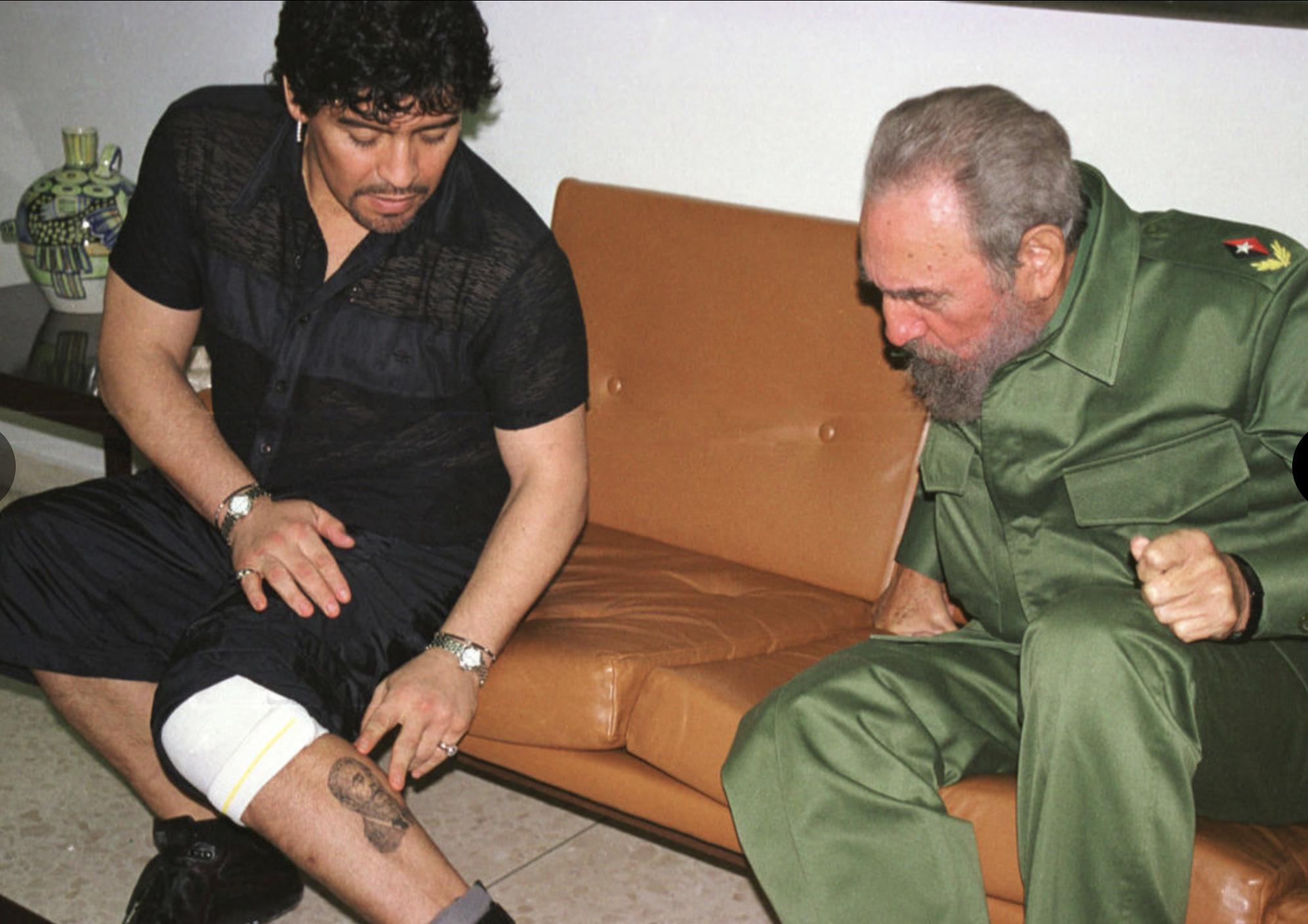 Ο Μαραντόνα δείχνει στον Φιντέλ το τατουάζ του με τον... Φιντέλ