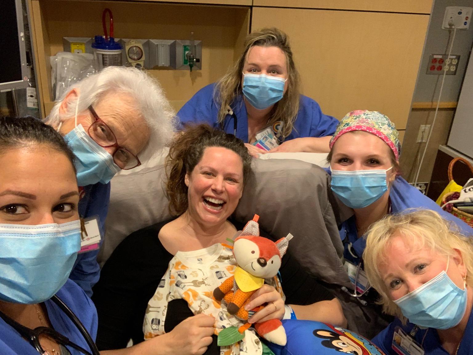 Στιγμιότυπο από το baby shower που οργάνωσαν οι νοσοκόμες με θέμα το... δάσος
