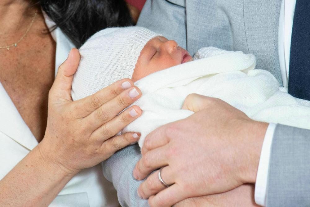 Τυλιγμένο με μια πλεκτή λευκή κουβερτούλα ήταν το νεογέννητο μωρό