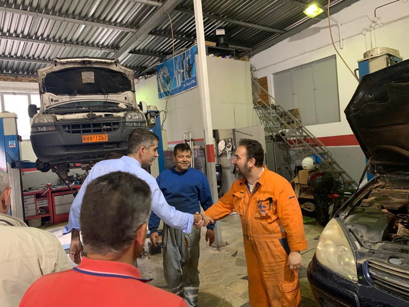 Ο Κώστας Μπακογιάννης συνομιλεί με εργαζόμενους του δήμου Αθηναίων