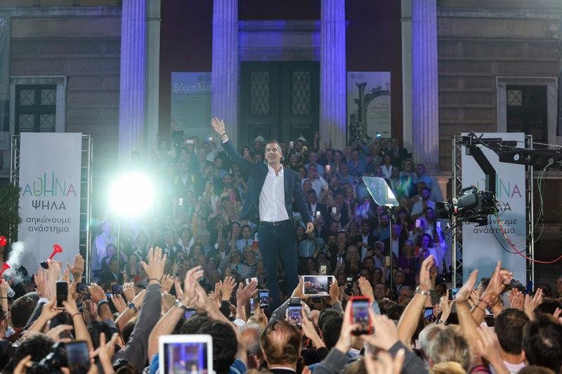 Ο Κώστας Μπακογιάννης χαιρετά τους συγκεντρωμένους