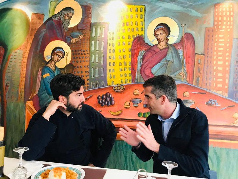 Ο πατέρας Αντώνιος που έχει βραβευθεί ως «Ευρωπαίος πολίτης» συνομιλεί με τον Κώστα Μπακογιάννη