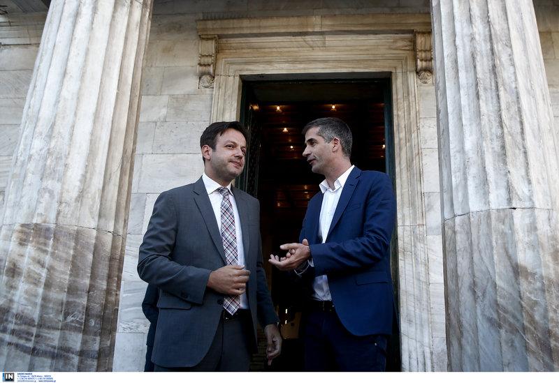 Ο Κ. Μπακογιάννης και ο απερχόμενος δήμαρχος Γ. Μπρούλις συζητούν έξω από το δημαρχείο