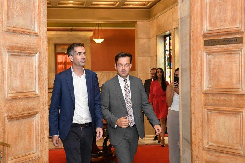Ο Κώστας Μπακογιάνης με τον Γιώργο Μπρούλια στην παράδοση-παραλαβή στο δημαρχείο Αθήνας στην πλατεία Κοτζιά
