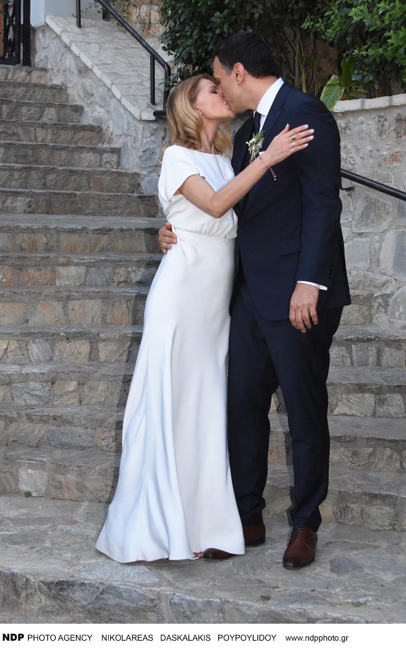 Το τρυφερό φιλί Μπαλατσινού - Κικίλια μετά από το γάμο τους / Φωτογραφία: NDP