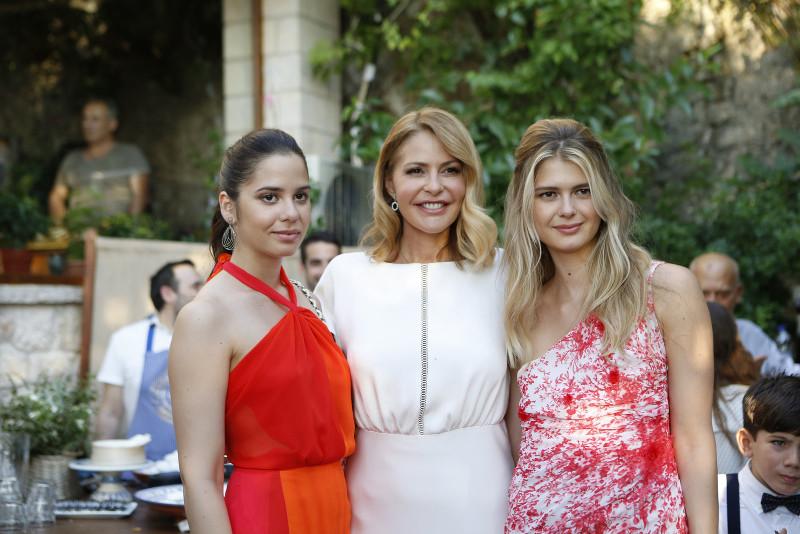 Οι κόρες της Τζένης Μπαλατσινού, Αμαλία και Αλεξάνδρα, στο πλευρό της μητέρας τους / Φωτογραφία: jenny.gr