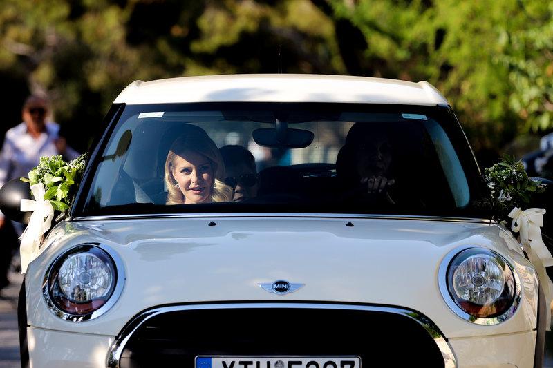 Η Τζένη Μπαλατσινού προσέρχεται με το αυτοκίνητο στην εκκλησία
