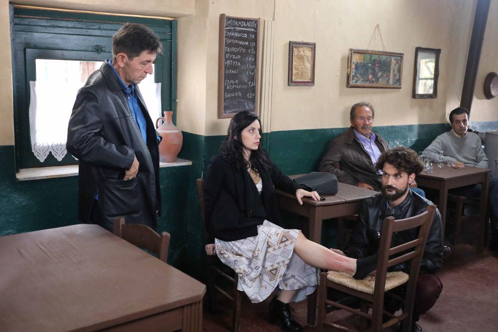 Σκηνή από το πέμπτο επεισόδιο του Καφέ της Χαράς στο καφενείο του Σταύρακα