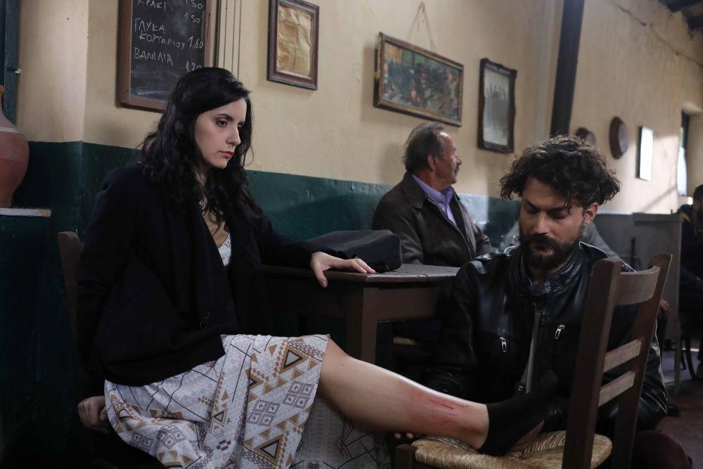 Η Βάλια έχει ένα ατύχημα και ο νέος παπάς του χωριού τη σώζει στο «Καφέ της Χαράς»