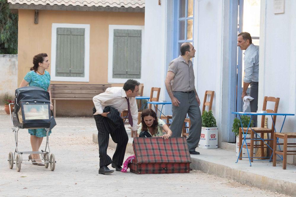 Το χωριό παρακολουθεί τον Σταμάτη να πετά τη Βιολέτα έξω στις «Άγριες Μέλισσες»