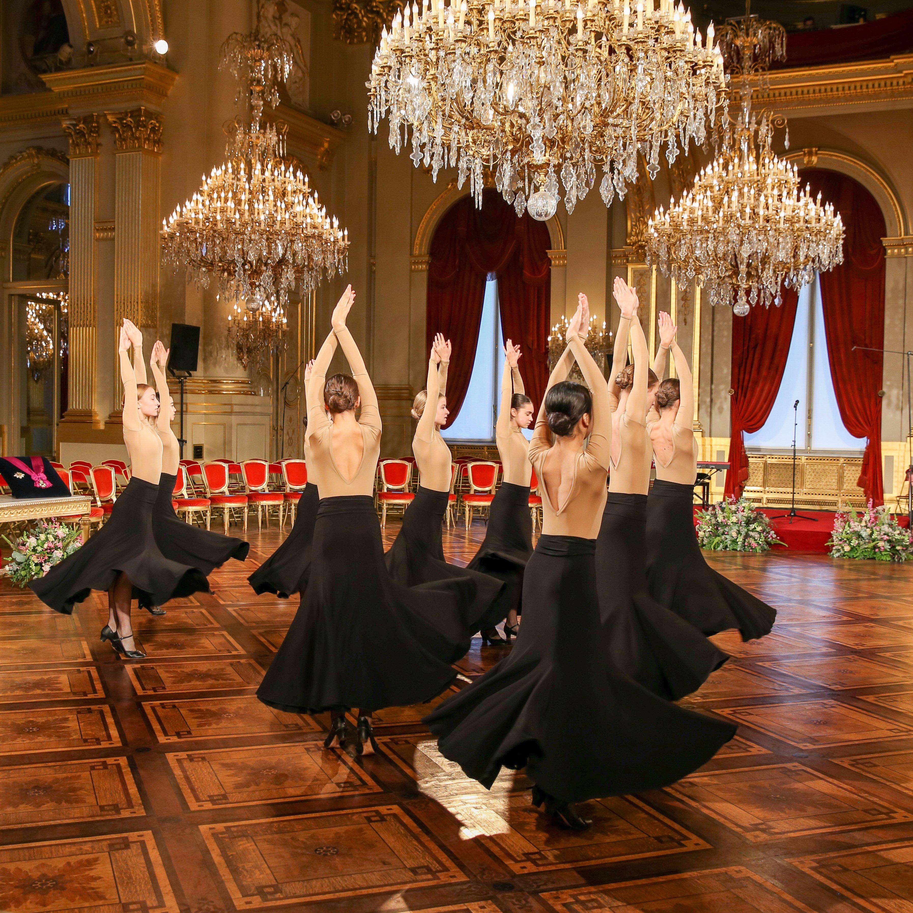 Στο λαμπερό πάρτι που έγινε στο βασιλικό παλάτι των Βρυξελλών χόρεψαν μπαλαρίνες της βασιλικής σχολής μπαλέτου της Αμβέρσας