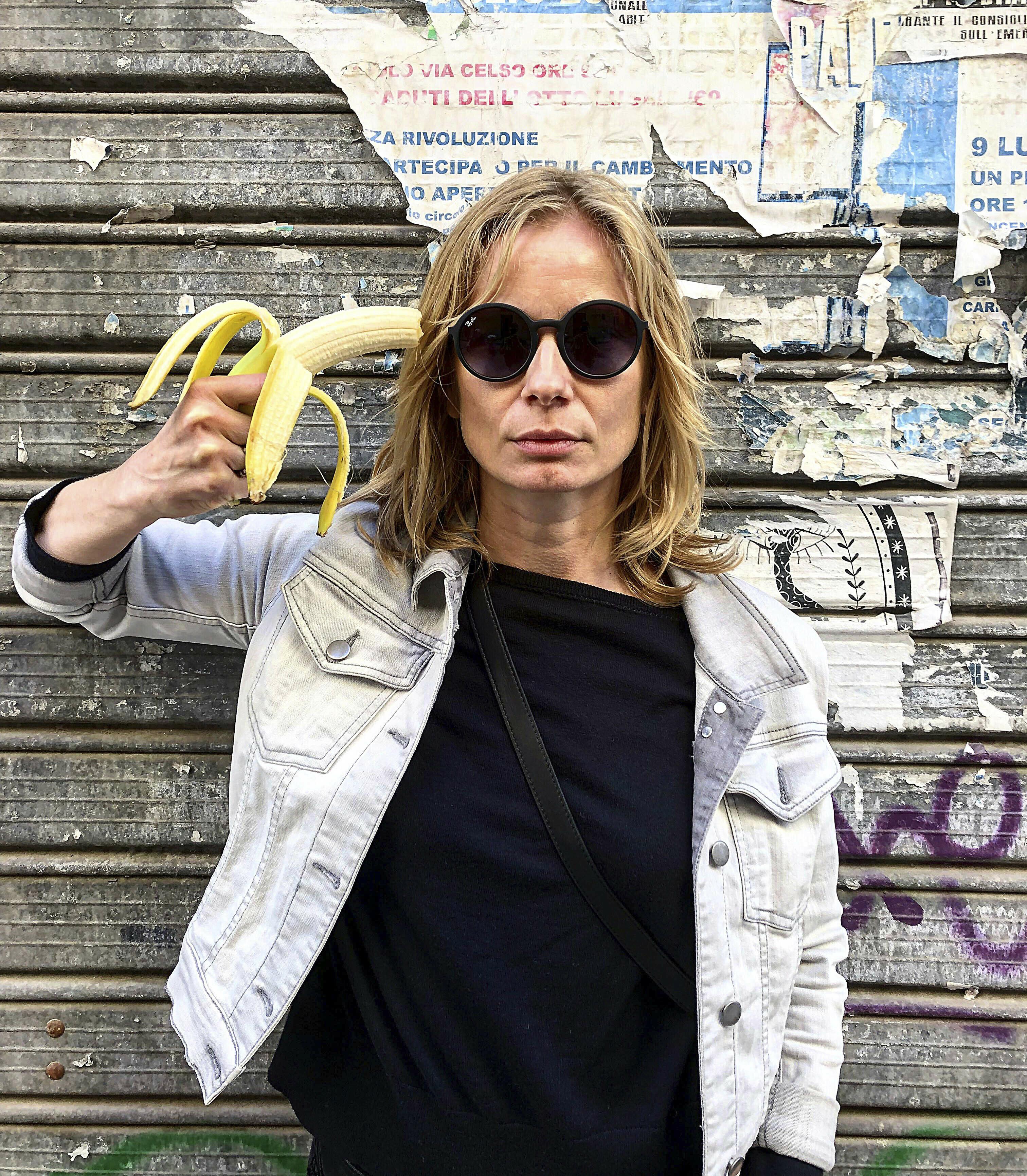 Η ηθοποιός Magdalena Cielecka διαμαρτύρεται κρατώντας ως όπλο μία μπανάνα