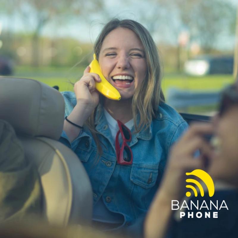 Κορίτσι μιλά με το Banana phone
