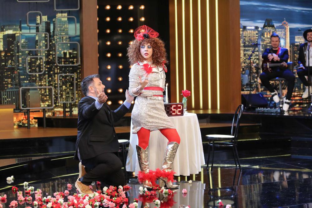 Η Βάνια χορεύει στην εκπομπή του Γρηγόρη Αρναούτογλου στο 2Night Show