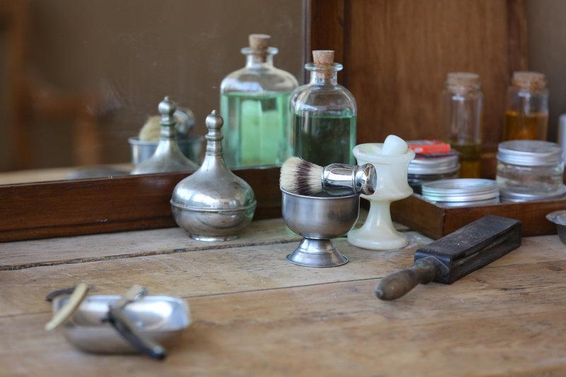 Τα εργαλεία της δουλειάς του κουρέα εντυπωσιάζουν με την ακρίβεια και την πιστή τους απόδοση από τα κουρεία της εποχής