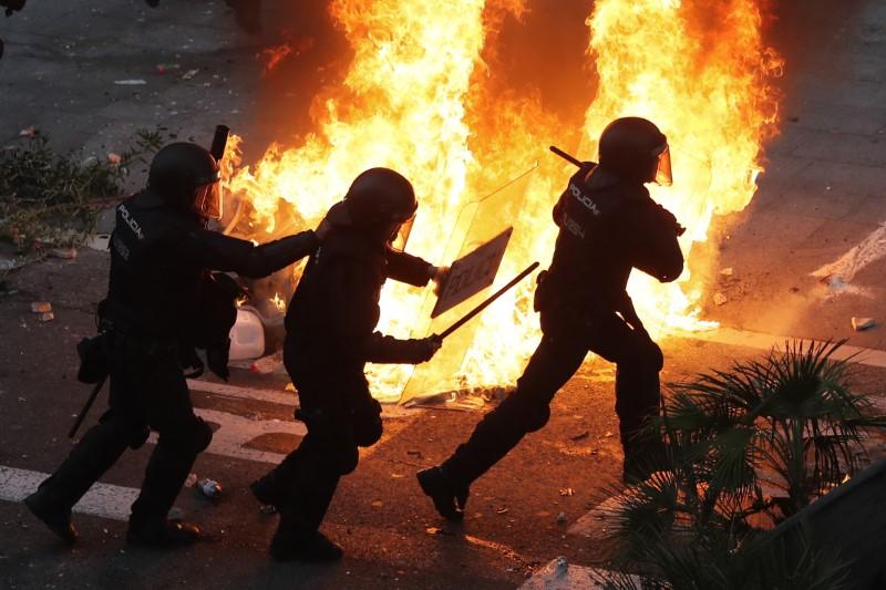 Αστυνομικοί μπροστά σε φωτιά