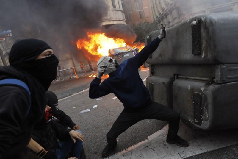 Διαδηλωτής με σφεντόνα στα χέρια