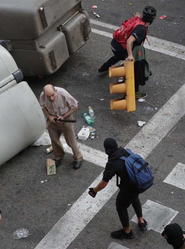 Διαδηλωτές με καλυμμένα τα πρόσωπα στον δρόμο
