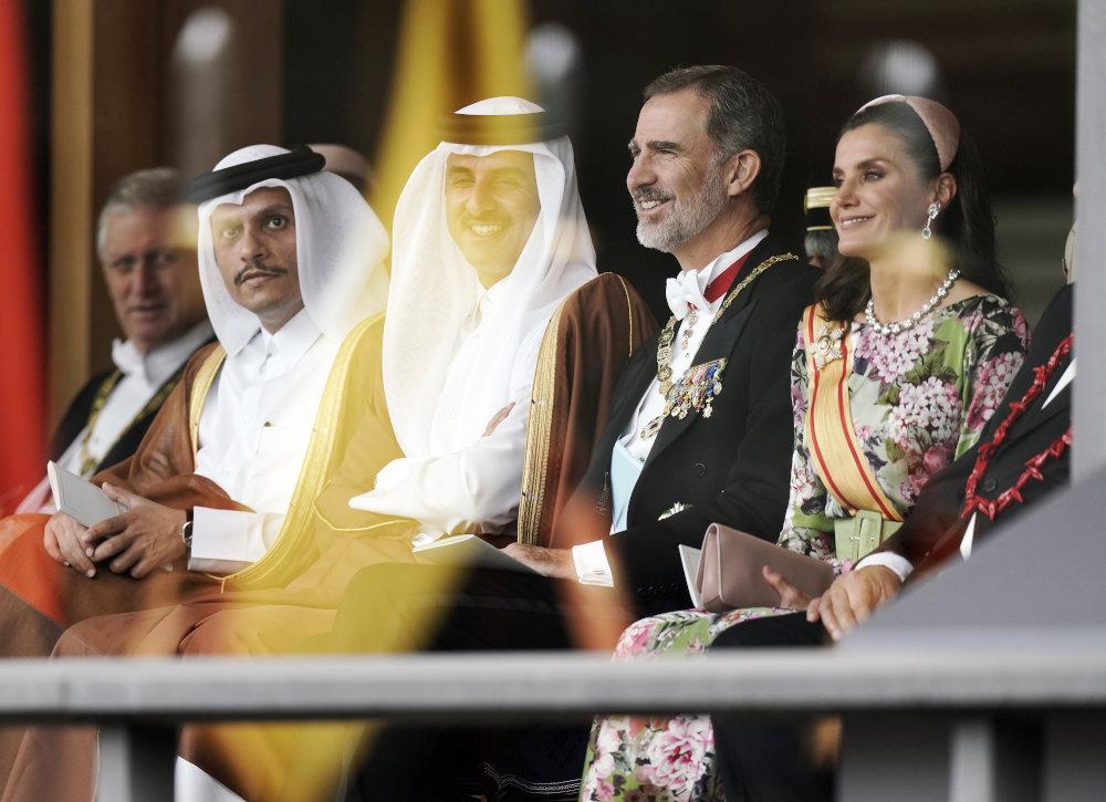 Ο βασιλιάς της Ισπανίας Φίλιππος με τη σύζυγό του Λετίσια κάθονται στην πρώτη θέση για να παρακολουθήσουν την τελετή