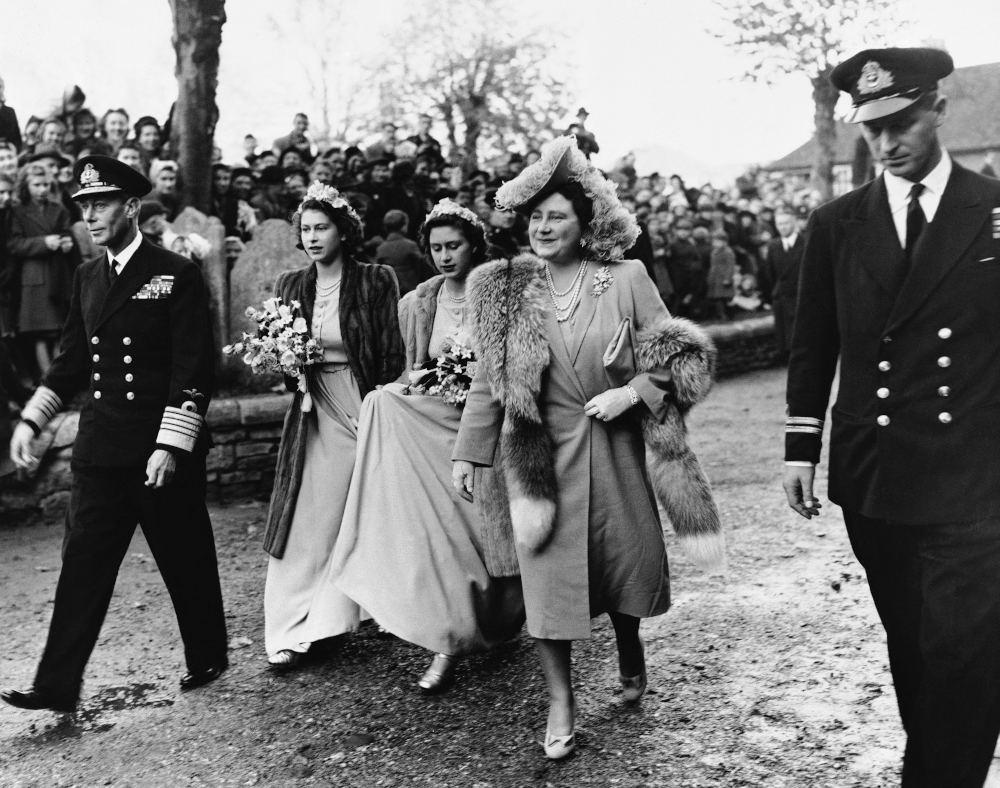 Η βασιλική οικογένεια της Αγγλίας σε δημόσια εμφάνισή της. Δεξιά διακρίνεται ο πρίγκιπας Φίλιππος