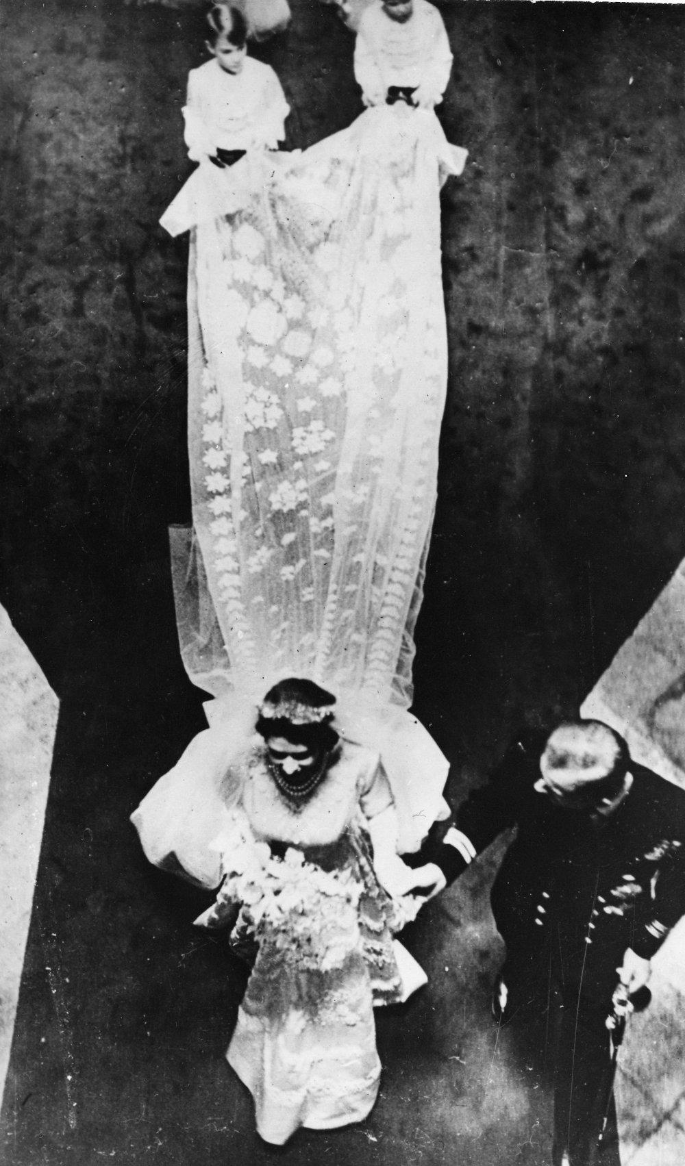 Εντυπωσιακή εικόνα από την πριγκίπισσα Ελισάβετ με το νυφικό και την μακριά ουρά να καταφθάνει στην εκκλησία