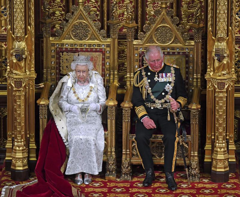 Η βασίλισσα Ελισάβετ με το ελαφρύτερο στέμμα