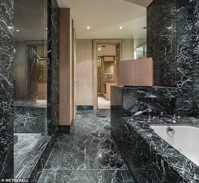 Ένα από τα μπάνια της κατοικίας με τις μαρμάρινες επενδύσεις
