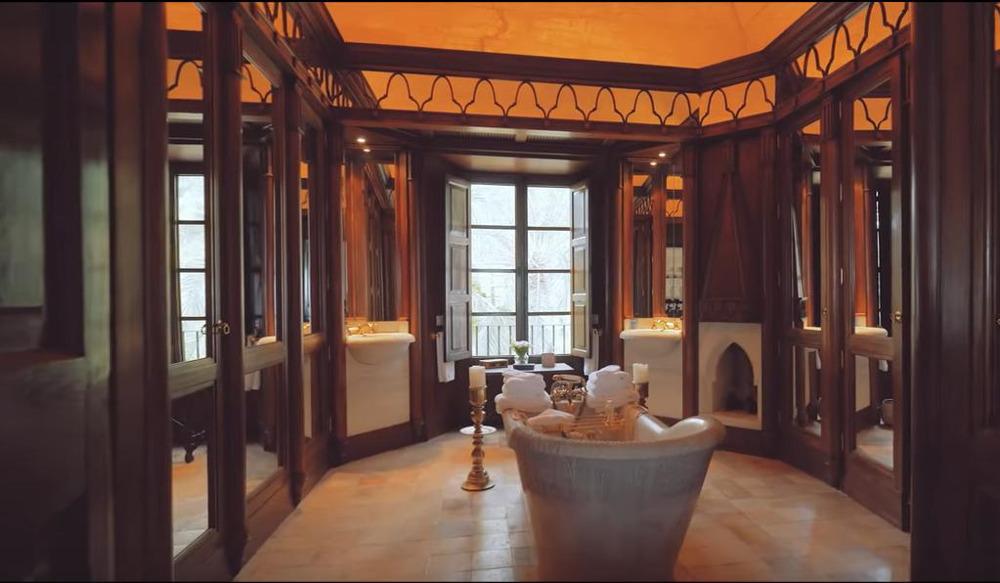 Το πολυτελές μπάνιο με την μαρμάρινη μπανιέρα στη μέση του δωματίου