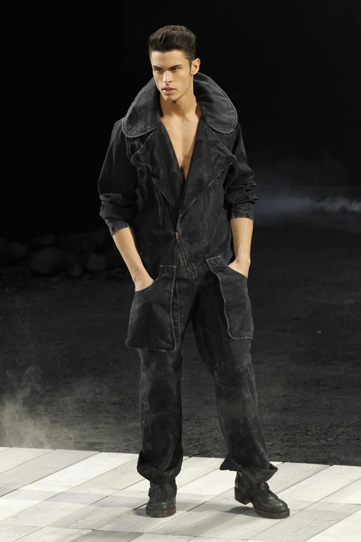 Το μοντέλο σε επίδειξη μόδα της Chanel στο Παρίσι το 2012