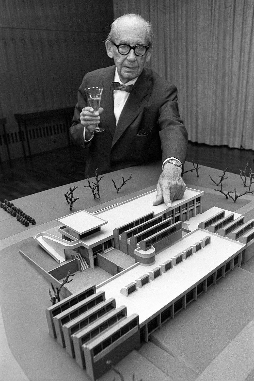Ασπρόμαυρη φωτογραφία του αρχιτέκτονα Βάλτερ Γκρόπιους